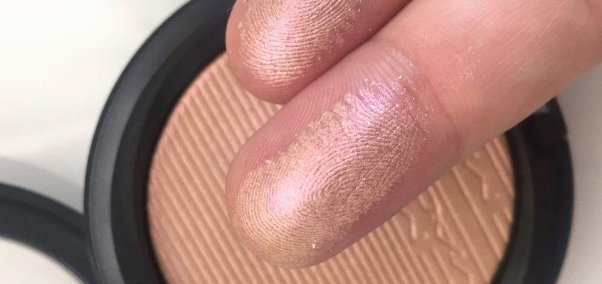 Сияйна кожа от друго измерение… с МАС Snow Gold